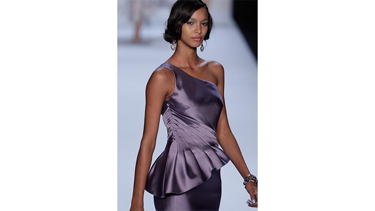 Ein enges Kleid mit seitlichem Abnäher.