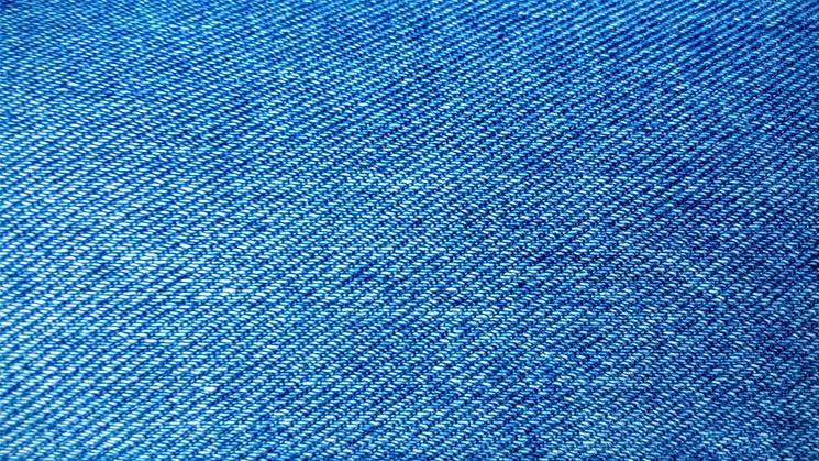 Der blaue Jeansstoff ist das bekannteste Beispiel der Köperbindung.