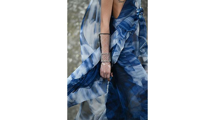 Ein blaues Kleid aus Chiffon von Chanel.