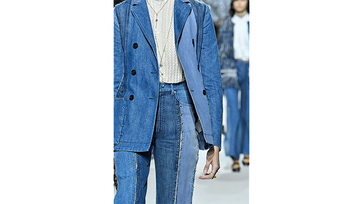 Eine Hose und passender Blazer aus Jeansstoff von Dior.