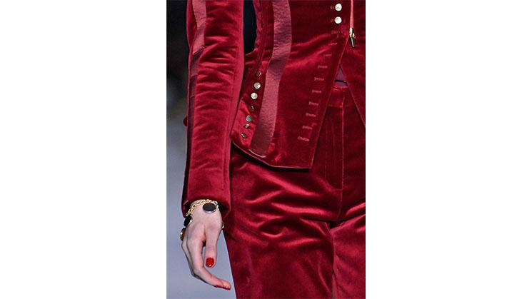 Eine rote Jacke mit passender Hose aus Samt von Altuzarra.