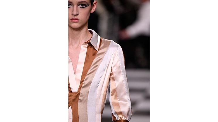 Eine hell gestreifte Bluse aus Satin von Dior.