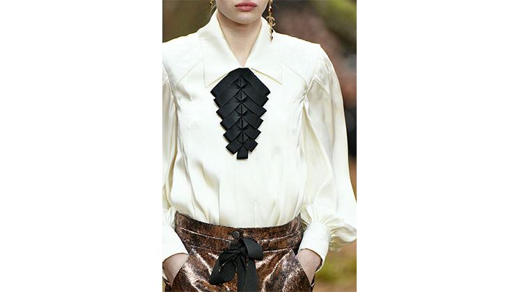 Eine helle Bluse aus Seide von Chanel.