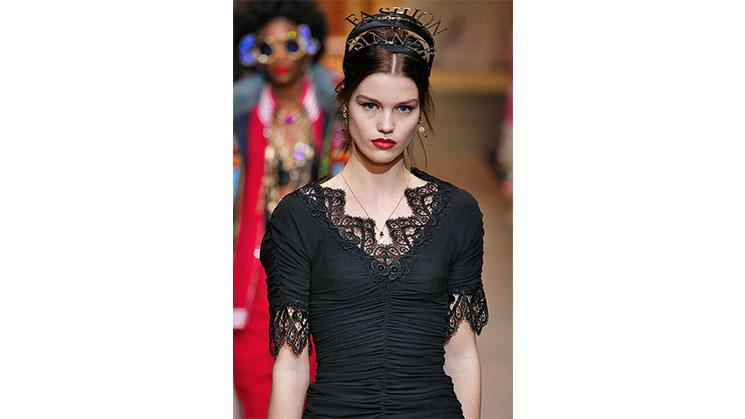 Ein schwarzes Kleid aus Spitze von Dolce.