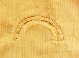 NäPaspeltasche in Halbkreisform auf gelbem Stoff