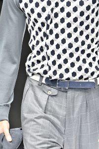 Kleine Uhrentasche mit Klappe und Knopfverschluss unter dem Hosenbund