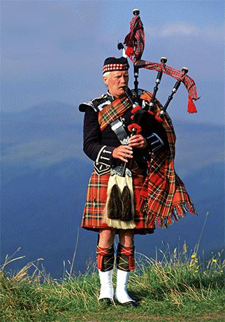 Hier sieht man einen Dudelsackspieler im Kilt, dem traditioneller Schottenrock