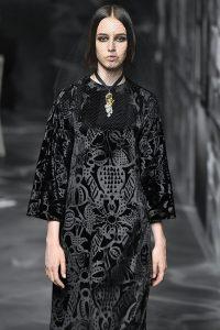Model in einem langen schwarzen Samtkleid von Dior mit langen Ärmeln und Ausbrennern in floralem Muster