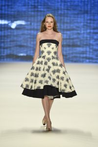 Laufsteg-Model trägt bauschiges Petticoat-Kleid im Stil der 50er.