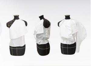 Drei Schneiderpuppen, bei denen aus verschiedenen Blickwinkeln das Annähen eines Ärmels an eine weiße Bluse von Gianfranco Ferre gezeigt wird.