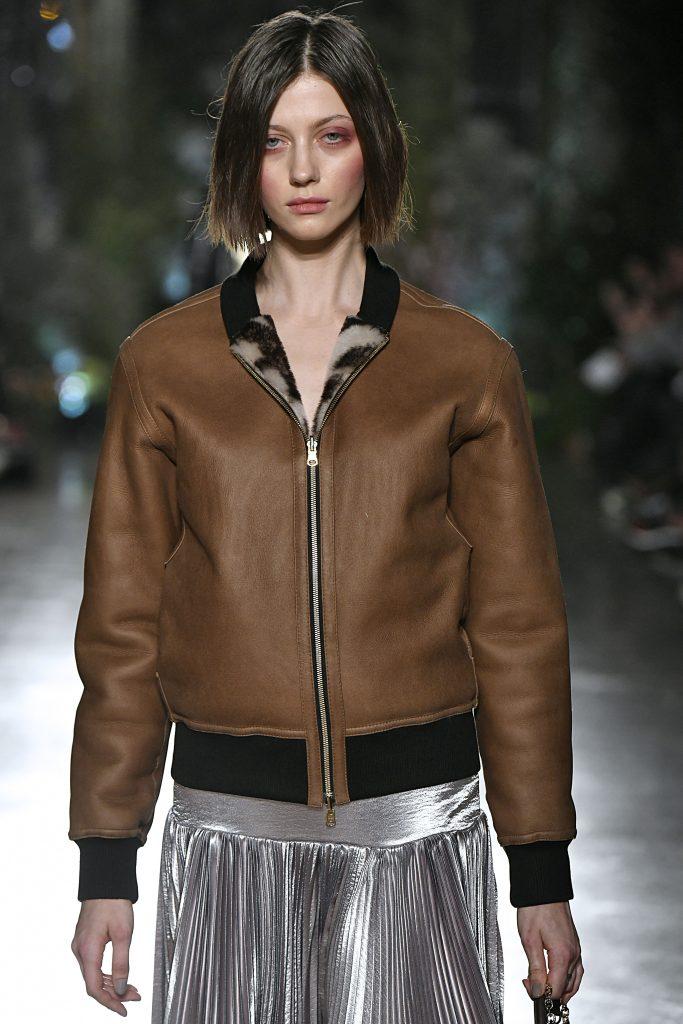 Model trägt braune Lederjacke.