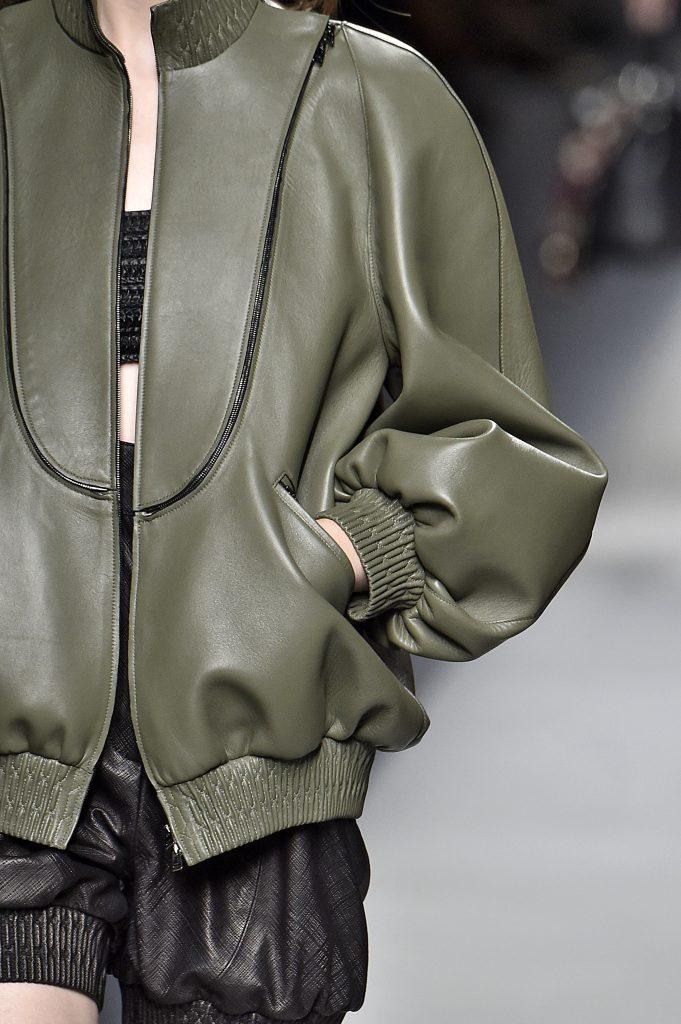Ausschnitt einer grünen Lederjacke getragen von Laufstegmodel