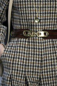Aussschnitt eines Tweed-Mantels mit Hahnentrittmuster.