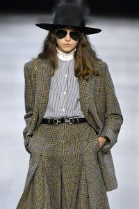 Model trägt Longblazer und Rock aus Tweed-Stoff mit Glencheck Muster