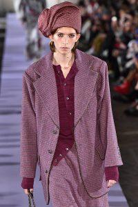 Model trägt farbige Tweed-Kombi.