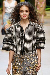 Model trägt Bluse mit schwarzer Rüschen-Borte.
