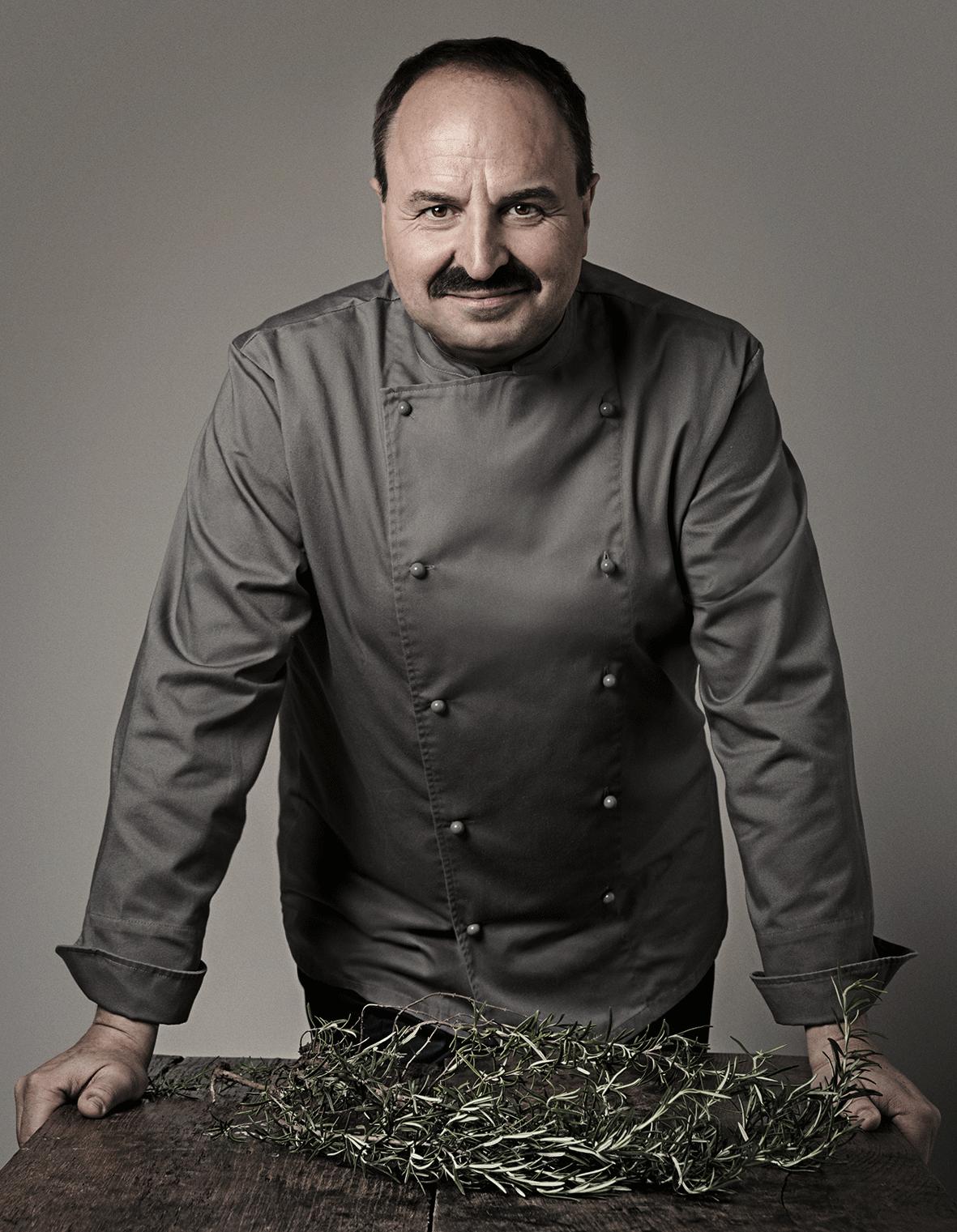 Starkoch Johan Lafer in grauer Kochjacke
