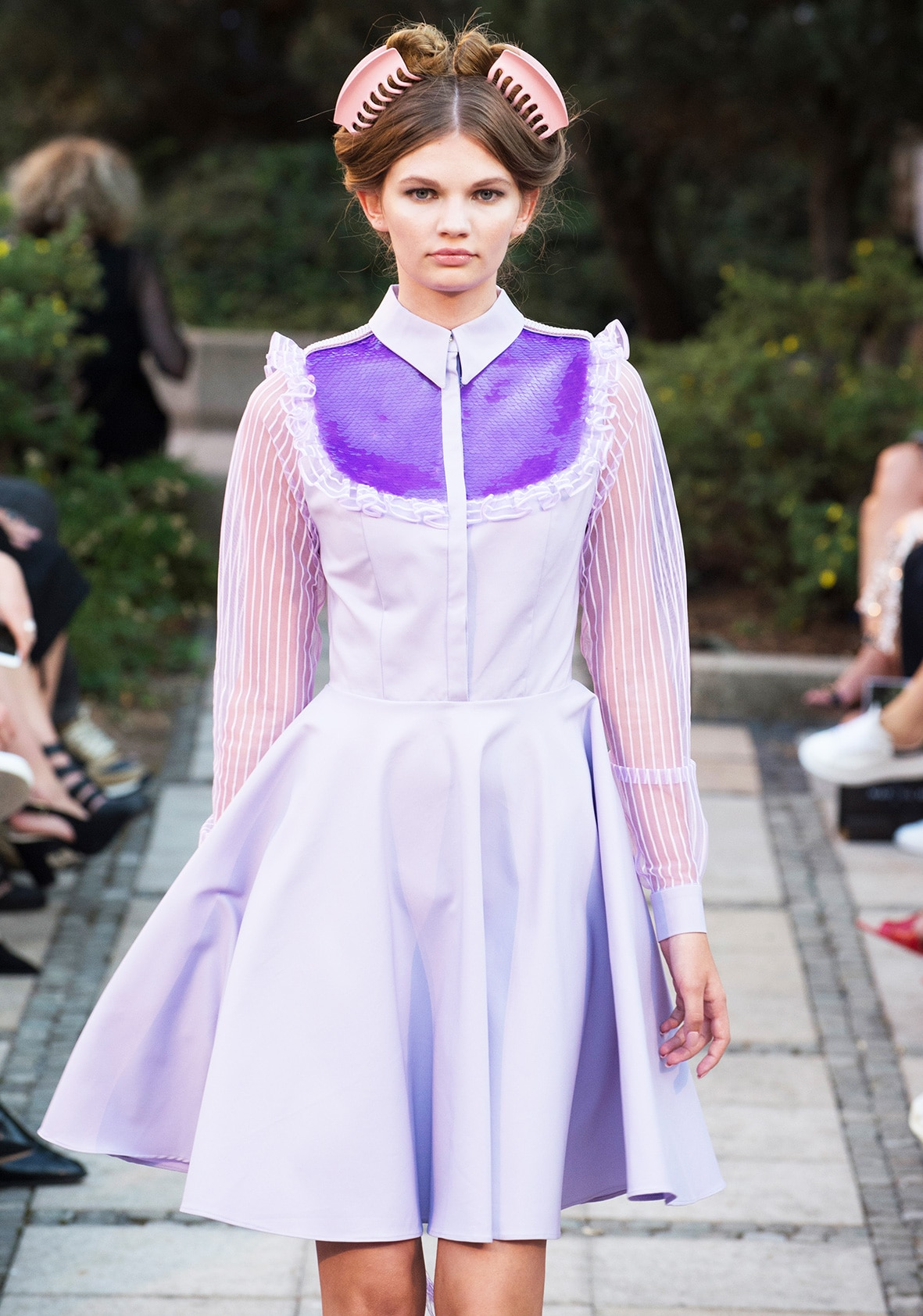 This photo shows a model walking on the catwalk. She´s wearing a dress. It´s the template for the pattern on the pattern sheet.